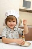 Un muchacho con el crisol de miel Imagenes de archivo