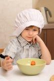 Un muchacho con la zanahoria Imagen de archivo libre de regalías
