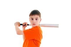 Un muchacho con un bate de béisbol en un fondo blanco Imagenes de archivo