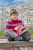 Un muchacho con un libro Imágenes de archivo libres de regalías