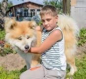Un muchacho con un perro Imágenes de archivo libres de regalías