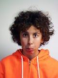 Un muchacho con una cara divertida Foto de archivo libre de regalías