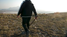 Un muchacho con una espada de madera va al borde de una colina almacen de video