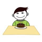Un muchacho con una torta del día del nacimiento Fotografía de archivo libre de regalías