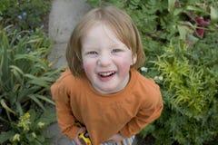 Un muchacho de 3 años en el jardín fotografía de archivo libre de regalías