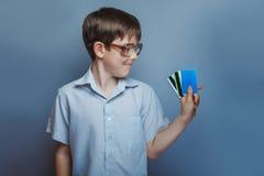 Un muchacho de 10 años de aspecto europeo con Fotografía de archivo