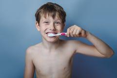 Un muchacho de 10 años de aspecto europeo de desnudo Foto de archivo libre de regalías