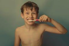 Un muchacho de 10 años de aspecto europeo de desnudo Fotos de archivo