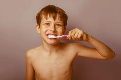 Un muchacho de 10 años de aspecto europeo de desnudo Fotografía de archivo libre de regalías