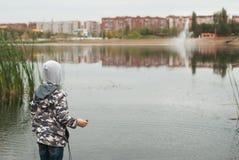 Un muchacho de 7 años en el lago, Imagen de archivo