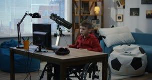 Un muchacho de la neutralización que charla en el ordenador almacen de video