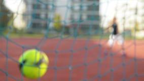 Un muchacho de los jóvenes anota una meta durante un lanzamiento de la pena hacia fuera Cámara lenta outdoors Diviértase lo es fu metrajes