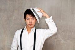 Un muchacho del adolescente sostiene el sombrero en su mano Imagen de archivo libre de regalías