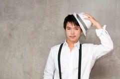 Un muchacho del adolescente sostiene el sombrero en su mano Foto de archivo