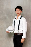 Un muchacho del adolescente sostiene el sombrero en su mano Fotografía de archivo libre de regalías
