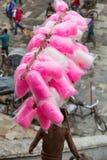 Un muchacho del Nepali vende la seda del caramelo Foto de archivo libre de regalías