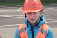 Un muchacho en casco Imagenes de archivo