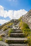 Un muchacho en escaleras alpinas imágenes de archivo libres de regalías