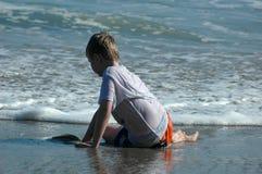 Un muchacho en la playa imagen de archivo libre de regalías