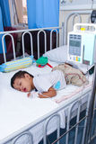 Un muchacho en sala pediátrica Foto de archivo
