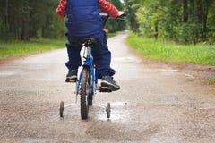 Un muchacho en una bicicleta Fotografía de archivo libre de regalías