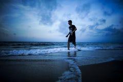 Un muchacho está corriendo foto de archivo