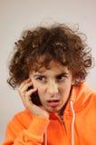 Un muchacho está hablando en el teléfono Fotografía de archivo