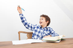 Un muchacho está haciendo su preparación Imagen de archivo