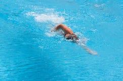 Un muchacho está nadando el movimiento de mariposa Fotografía de archivo