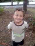 Un muchacho feliz en naturaleza Imagen de archivo libre de regalías