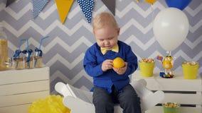 Un muchacho hermoso de 1 año que come la naranja almacen de video