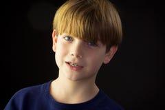 Un muchacho hermoso joven y sus apoyos verdes Imagen de archivo