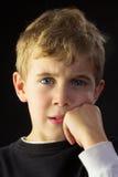 Un muchacho joven desconcertado Foto de archivo