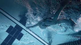 Un muchacho joven en la piscina metrajes