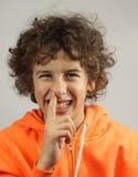 Un muchacho joven escoge su nariz Fotos de archivo