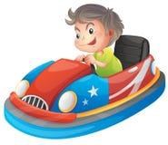 Un muchacho joven que monta un coche de parachoques ilustración del vector