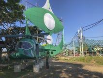 Un muchacho no identificado toma la foto de una mofa encima del helicóptero construido por los miembros del partido políticos loc Fotos de archivo libres de regalías