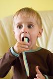 Un muchacho que come los polos de la jalea Imagen de archivo libre de regalías
