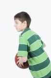 Un muchacho que juega a baloncesto Fotos de archivo