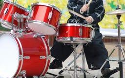Un muchacho que juega el kit del tambor imágenes de archivo libres de regalías
