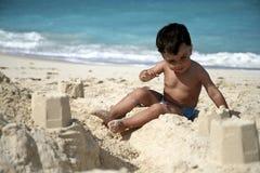 Un muchacho que juega en la playa imagen de archivo libre de regalías