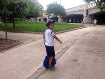 Un muchacho que monta una mono-rueda Imágenes de archivo libres de regalías