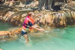 Un muchacho salta en el agua en una piscina Imágenes de archivo libres de regalías