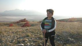Un muchacho se coloca en una ladera con una espada de madera metrajes