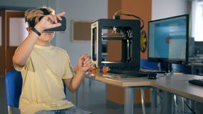 Un muchacho se está sentando en vidrios de la realidad virtual Concepto futurista de la educación almacen de video