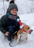 Un muchacho siete años que caminan con un beagle Fotos de archivo libres de regalías