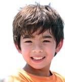 Un muchacho smiing con inocencia Imagenes de archivo