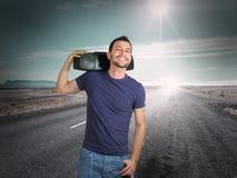 Un muchacho sonriente: música en el concepto del camino Foto de archivo