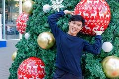 Un muchacho tailandés que se sienta en la pila de caja de la Navidad en Hua Hin Thai Imágenes de archivo libres de regalías