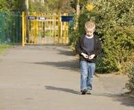 Un muchacho triste o enojado de seis años Fotos de archivo